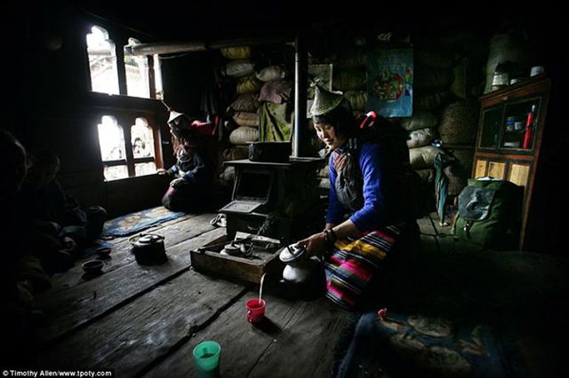 Фотограф Тимоти Аллен - фото бутанской женщины, наливающей чай.