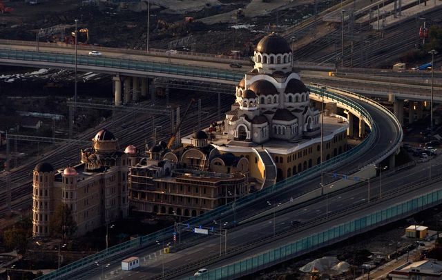Огромный собор недалеко от станции «Олимпийский Парк»