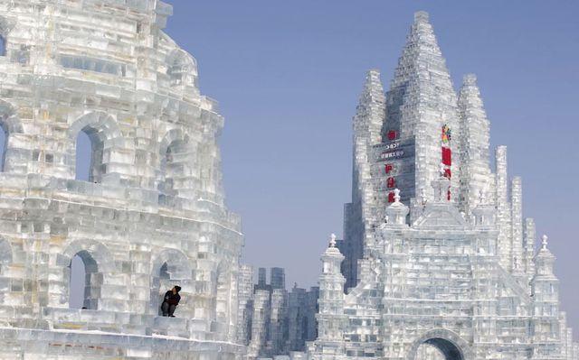 Рабочий отдыхает перед заключительными штрихами ледяной копии Колизея