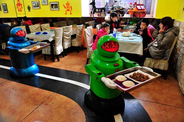 Роботы доставляют блюда клиентам
