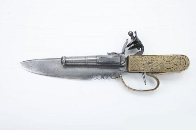 Пистолет-нож с кремневым замком - калибр 11 мм.