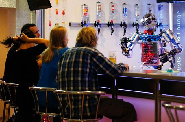 """Человекоподобный робот-бармен """"Карл"""""""
