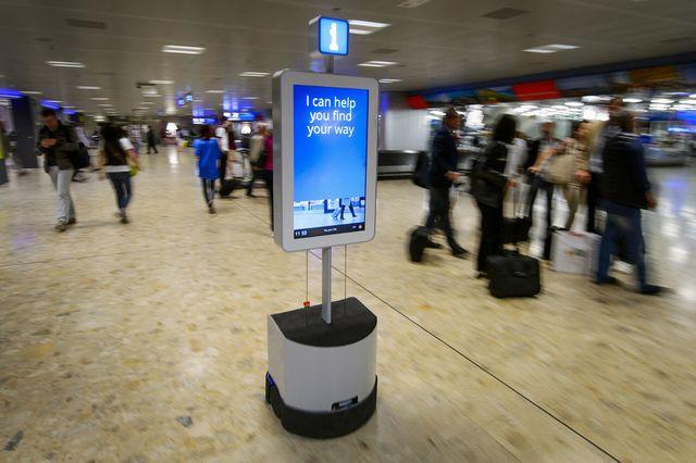 Робот помогает пассажирам найти свой путь