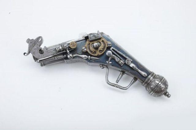 Миниатюрный корпусный пистолет.