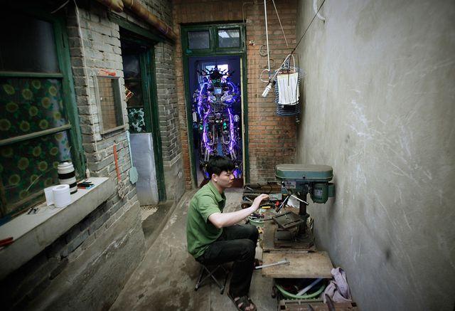 Робот из переработанного лома металлов и электрических проводов