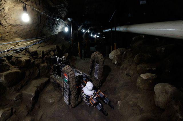 Робот осматривает руины входа в туннель