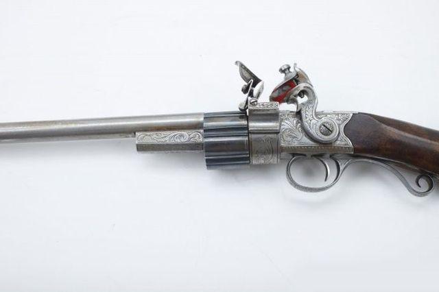 Миниатюрный корпусный барабанный пистолет с кремневым замком.
