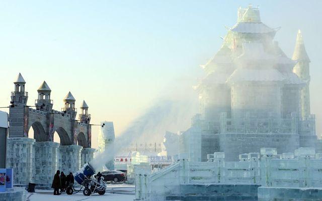 Рабочие подготавливают некоторые экспонаты к Харбинскому Фестивалю Льда и Снега
