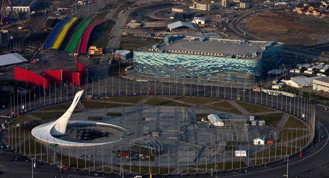 Центральная площадь олимпийского парка с чашей олимпийского огня