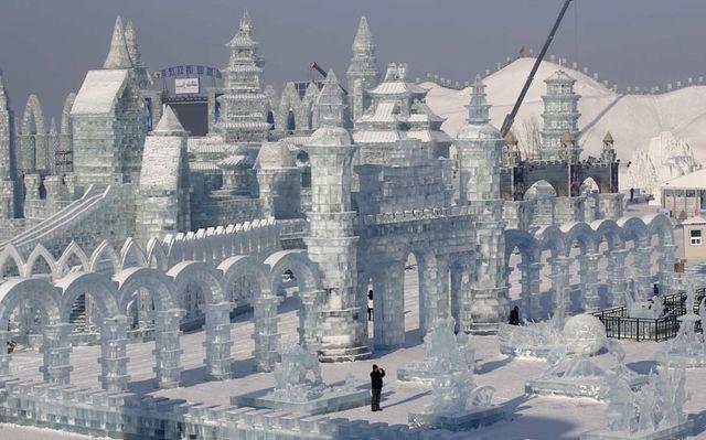 Зимний городок при дневном свете, перед открытием фестиваля