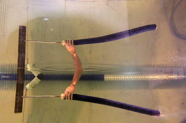 Прототип роботизированного угря в бассейне