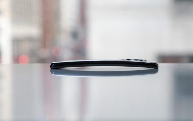 Смартфон LG G Flex -  гнется и не царапается
