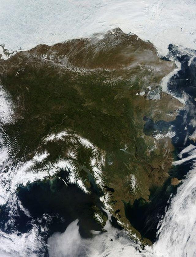Редкое отсутствие облаков над Аляской