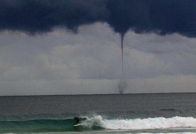Серфер на фоне торнадо в Сиднее