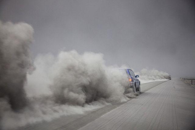 Стены пепла от вулкана Эйяфьятлайокудль в Исландии