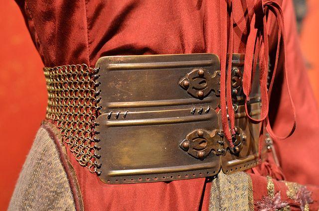 Металлические ремни, которые носит королева Серсея