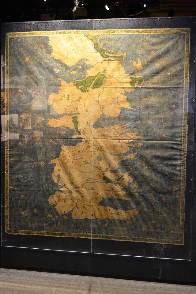 Карта Вестероса на огромном освещенном пергаменте