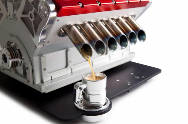 Кофеварка в виде двигателя от гоночного автомобиля из Формулы-1