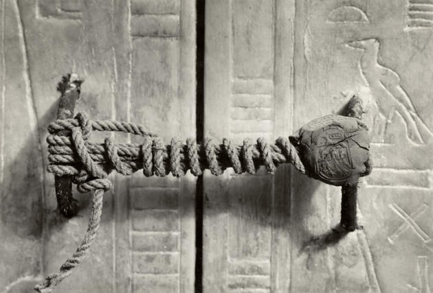 rare-photos-unbroken-seal-ofking-tut-tomb