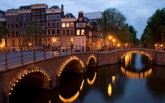 1384078351_bureaublad-achtergrond-van-de-grachten-van-amsterdam-met-de-lichten-aan_1