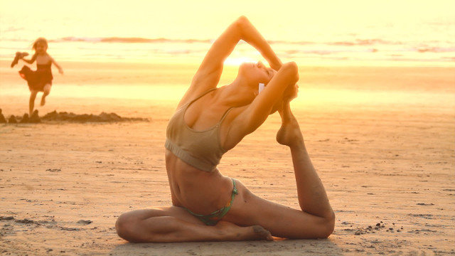 _Yoga_in_the_sunset_beach_055651_