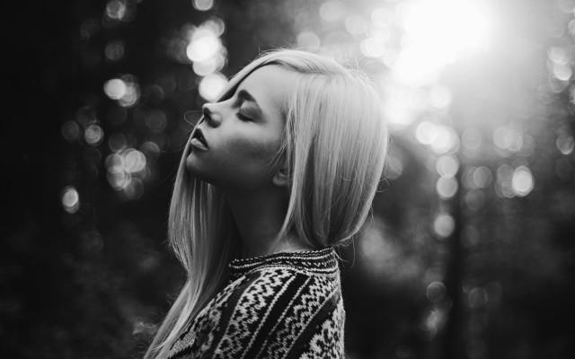 blonde-sweater-bokeh-wallpaper-1680x1050_1