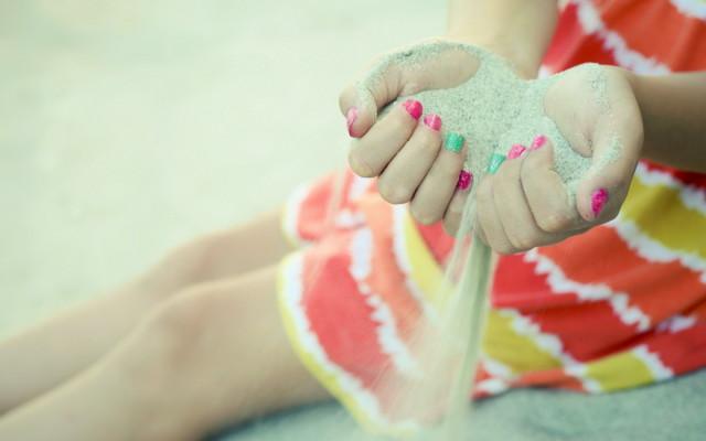 girl-hands-sand-mood-wallpaper-1680x1050_1