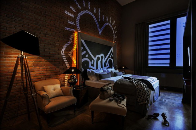 keith-haring-styled-wall-graffiti-inside-the-room-of-baltazar-hotel_1
