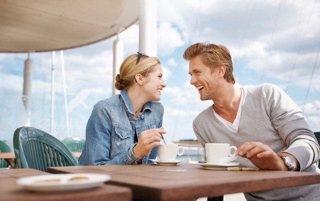 05-couple-drinking-coffee-by-the-sea-main_1