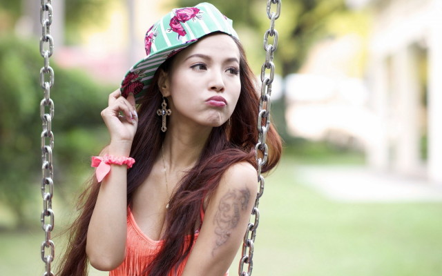 swing-girl-asian-background-1680x1050_1