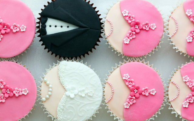 bride-and-groom-cupcake-wallpaper_1