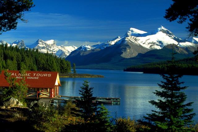 Canada-Boat-House-am-Maligne-Lake-Jasper-NP-Alberta-CA-hd_1