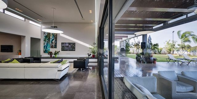 Brilliant-villa-with-indoor-and-outdoor-living-spaces_1