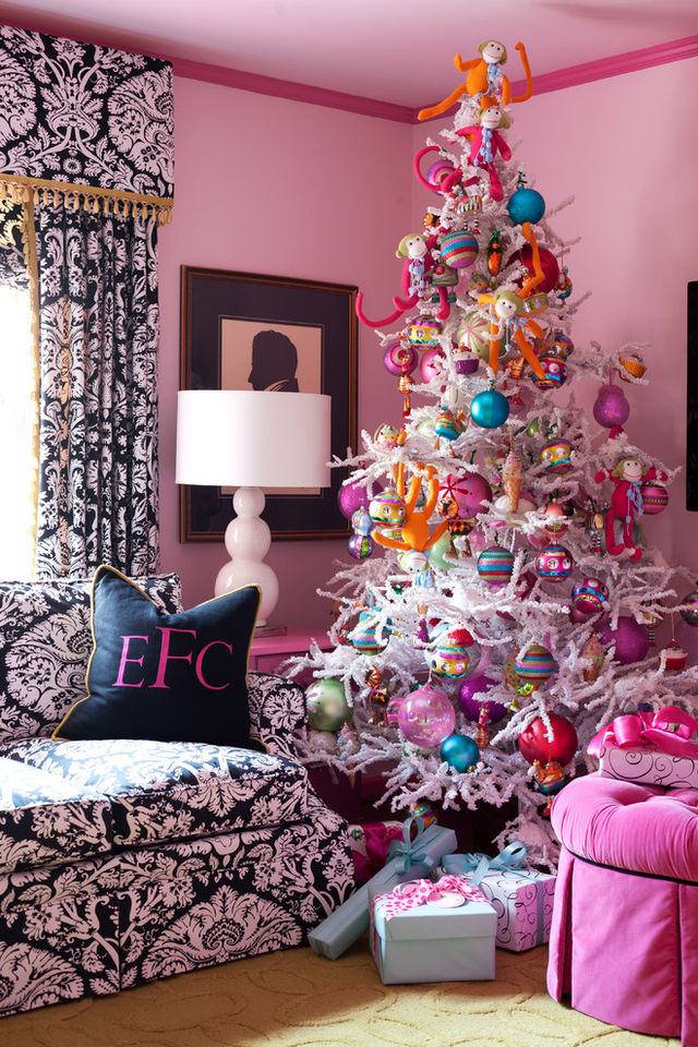 Chic-Christmas-tree-with-purple-balls_1