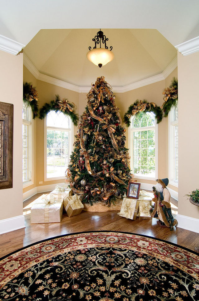 Christmas-tree-in-a-room-with-lots-of-presents_1