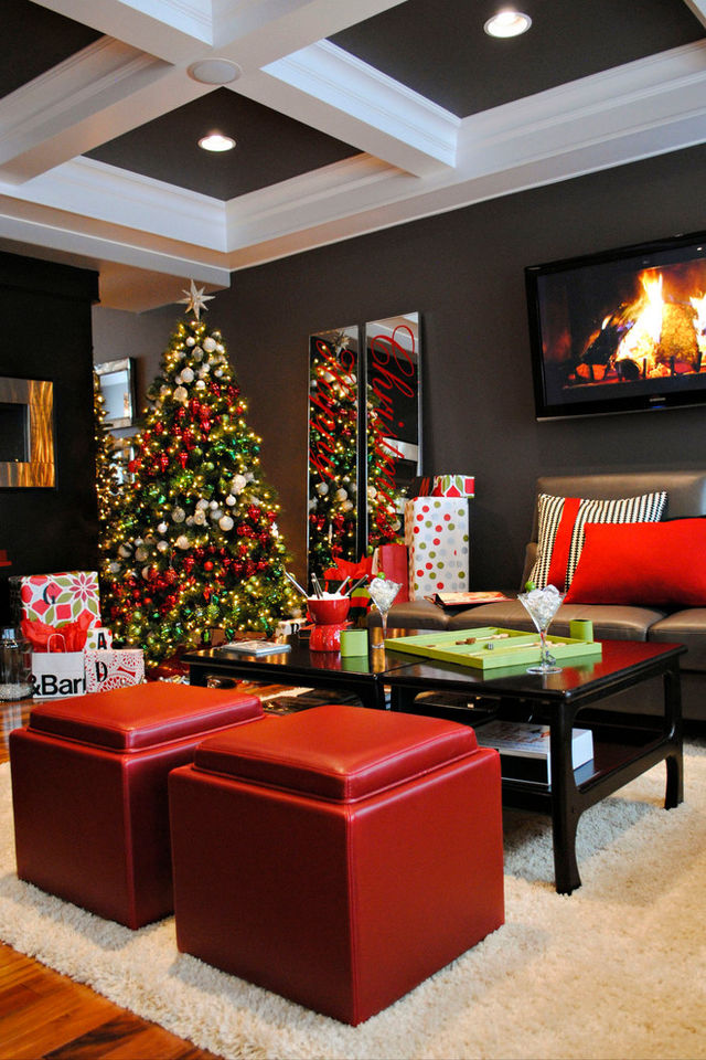 Christmas-tree-in-living-room-with-red-balls_1