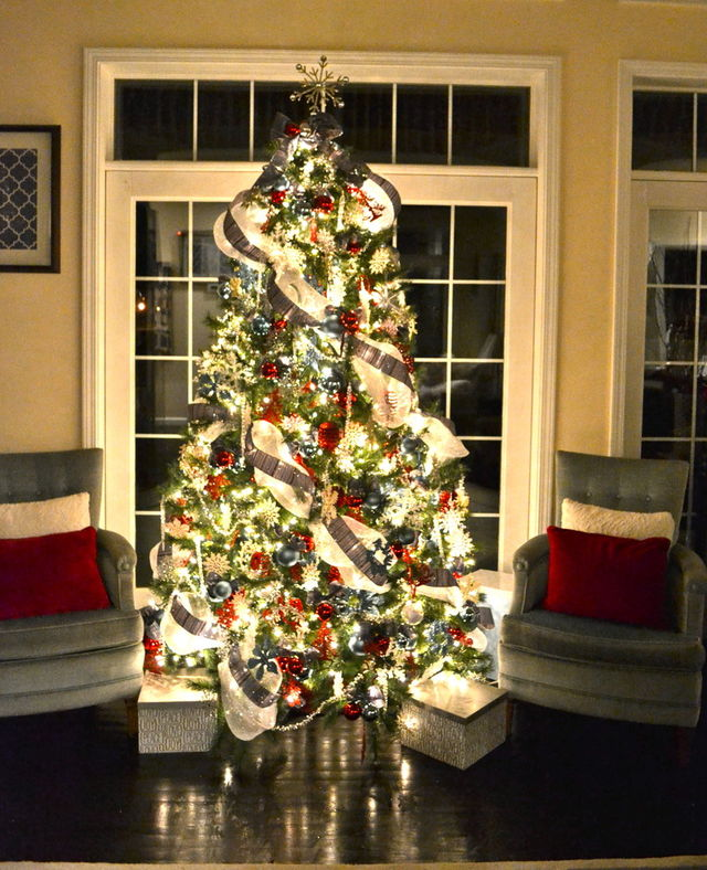 Christmas-tree-with-lights-in-a-traditional-home_1