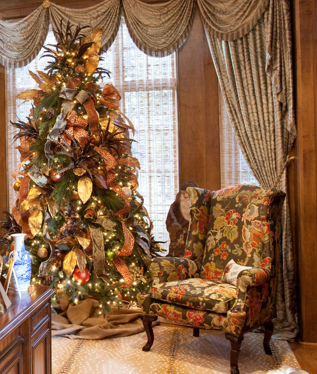 Christmas-tree-with-ribbons-and-other-decorative-items_1