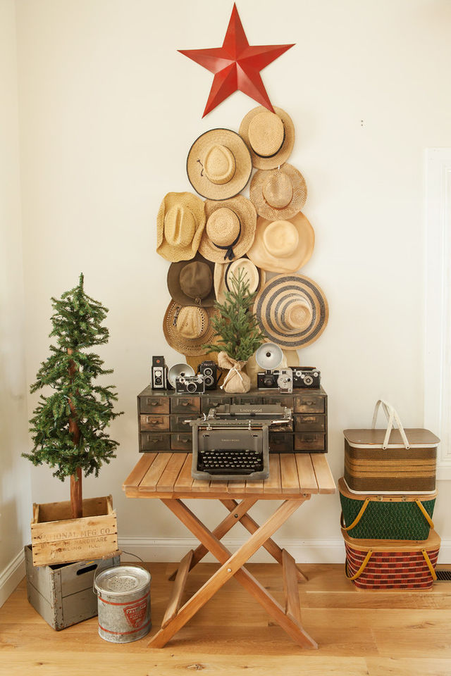 Creative-Christmas-tree-made-of-piled-hats_1