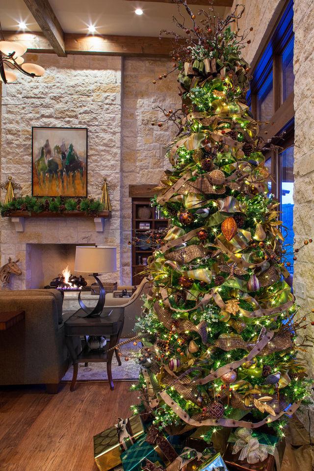 Elegant-Christmas-tree-with-luxurious-toys_1