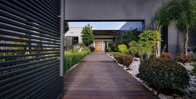 Entrance-leading-to-the-fabulous-contemporary-villa_1