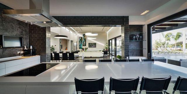 Lavish-kitchen-blends-classic-and-contemporary-design-elements_1