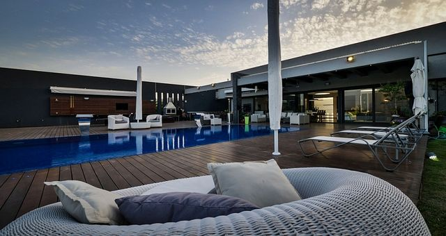 Plush-contemporary-seating-ideas-for-the-modern-pool-deck_1