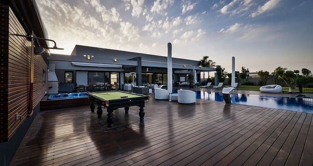 Pool-table-and-jacuzzi-on-the-outdoor-deck_1